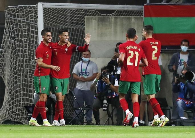 Ronaldo vượt Ramos số trận ra sân, nối dài kỷ lục bàn thắng - Ảnh 5.