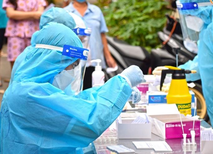 Người bệnh không phải trả phí xét nghiệm Covid-19 tại các cơ sở y tế công - Ảnh 1.