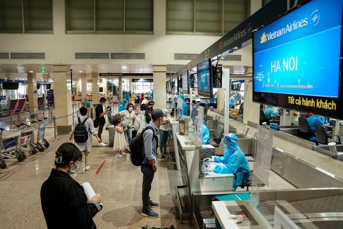 Chuyến bay thương mại đầu tiên từ TP HCM ra Hà Nội sau giãn cách - Ảnh 1.