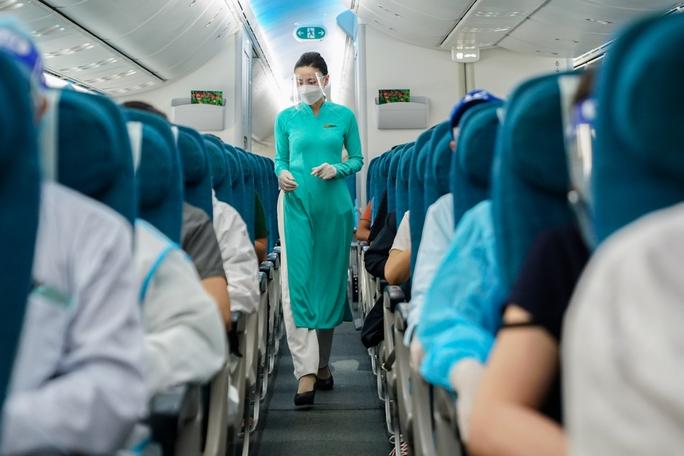 Chuyến bay thương mại đầu tiên từ TP HCM ra Hà Nội sau giãn cách - Ảnh 3.