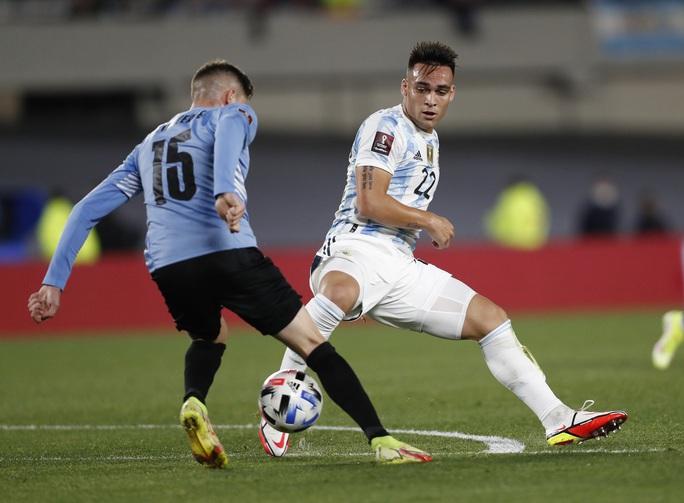 Lionel Messi lập kỷ lục Nam Mỹ, Argentina bám sát kình địch Brazil - Ảnh 1.