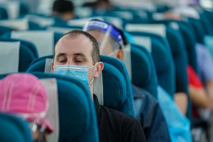 Chuyến bay thương mại đầu tiên từ TP HCM ra Hà Nội sau giãn cách - Ảnh 7.