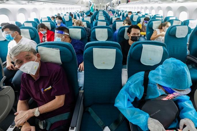 Chuyến bay thương mại đầu tiên từ TP HCM ra Hà Nội sau giãn cách - Ảnh 4.