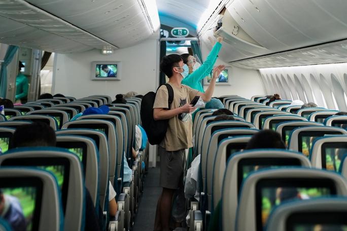 Chuyến bay thương mại đầu tiên từ TP HCM ra Hà Nội sau giãn cách - Ảnh 5.