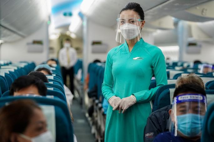 Chuyến bay thương mại đầu tiên từ TP HCM ra Hà Nội sau giãn cách - Ảnh 6.