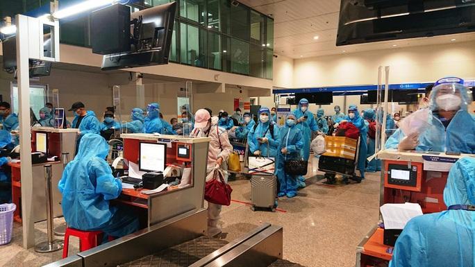 4 chuyến bay đưa 750 người dân Quảng Nam về quê - Ảnh 1.