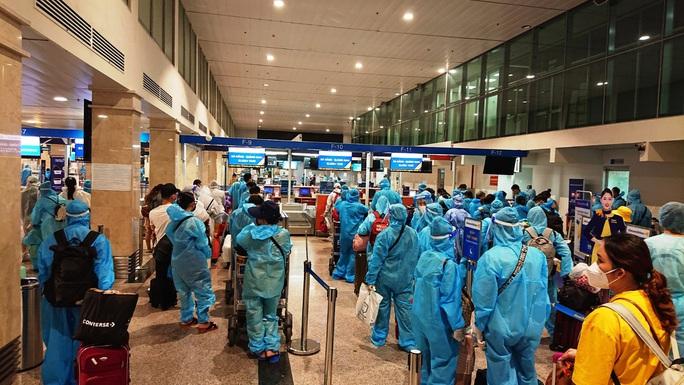 4 chuyến bay đưa 750 người dân Quảng Nam về quê - Ảnh 2.