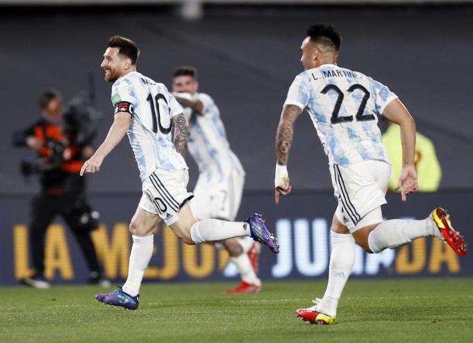 Lionel Messi lập kỷ lục Nam Mỹ, Argentina bám sát kình địch Brazil - Ảnh 3.
