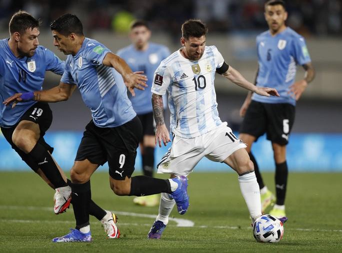 Lionel Messi lập kỷ lục Nam Mỹ, Argentina bám sát kình địch Brazil - Ảnh 2.