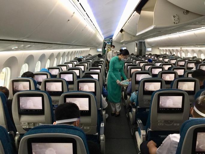 Chuyến bay thương mại đầu tiên từ TP HCM ra Hà Nội sau giãn cách - Ảnh 8.