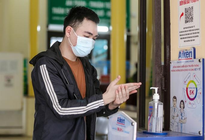 CLIP: Ngày đầu tiên mở bán vé tàu tuyến Bắc-Nam và Hà Nội-Hải Phòng - Ảnh 4.