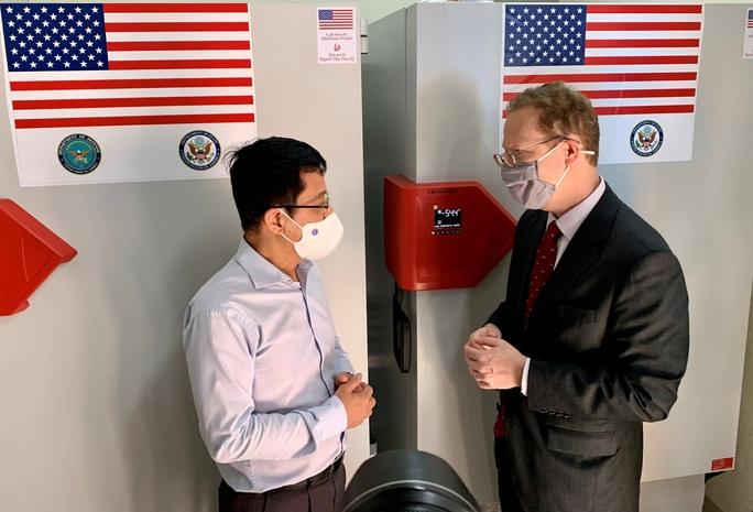 Việt Nam tiếp nhận tủ lạnh âm sâu từ Mỹ để bảo quản vắc-xin Pfizer - Ảnh 2.
