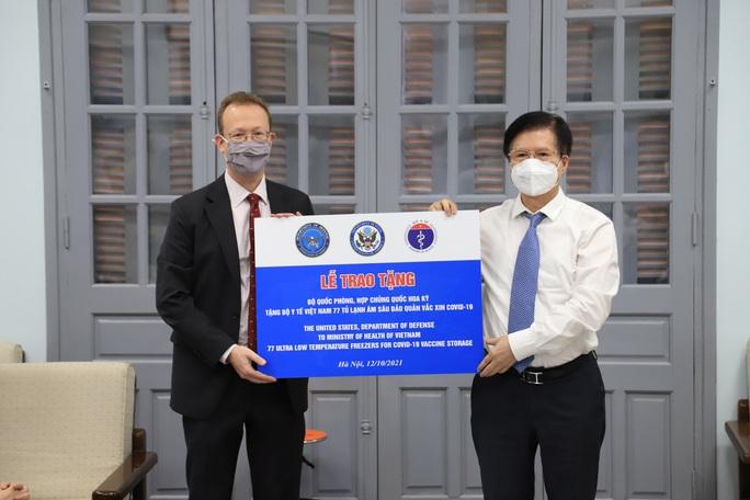 Việt Nam tiếp nhận tủ lạnh âm sâu từ Mỹ để bảo quản vắc-xin Pfizer - Ảnh 1.
