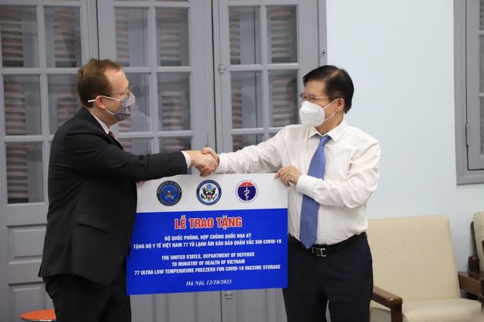 Việt Nam tiếp nhận tủ lạnh âm sâu từ Mỹ để bảo quản vắc-xin Pfizer - Ảnh 3.