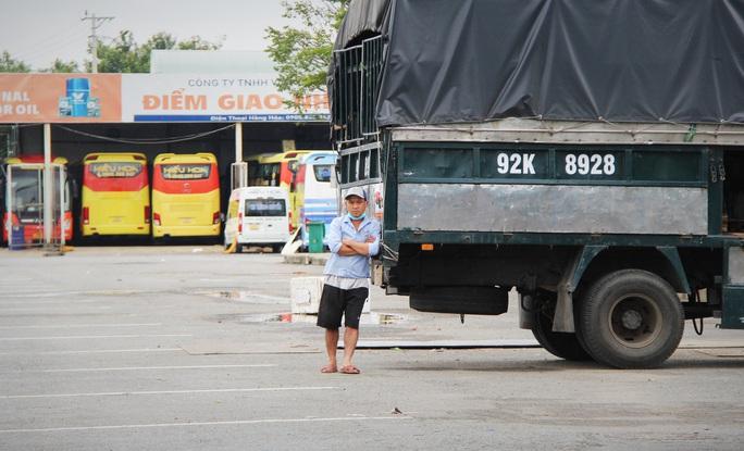 Bến xe Trung tâm Đà Nẵng vắng tanh trong ngày đầu vận tải đường bộ liên tỉnh được nối lại - Ảnh 7.