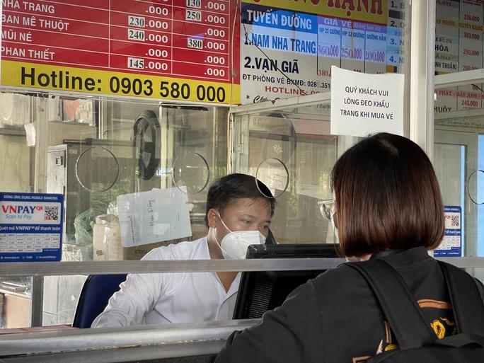 Cận cảnh ngày đầu mở cửa bến xe khách ở TP HCM - Ảnh 6.
