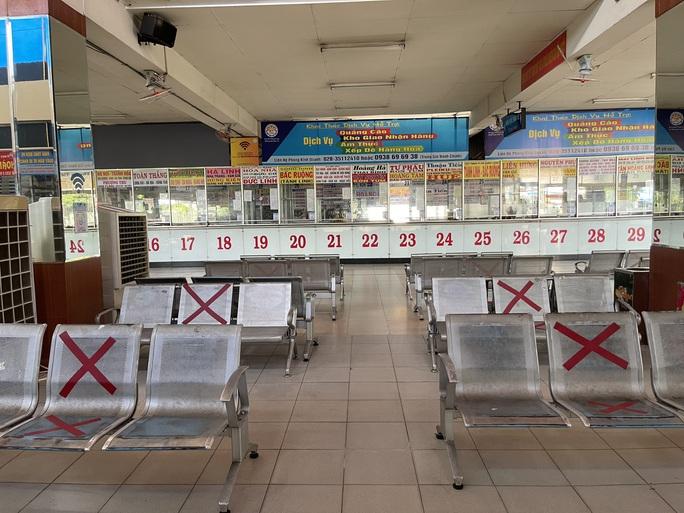 Cận cảnh ngày đầu mở cửa bến xe khách ở TP HCM - Ảnh 4.