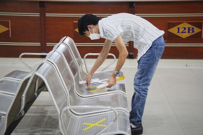 Bến xe Trung tâm Đà Nẵng vắng tanh trong ngày đầu vận tải đường bộ liên tỉnh được nối lại - Ảnh 4.