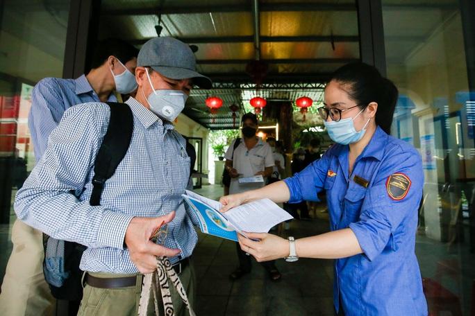 CLIP: Người dân vui mừng mang theo hành lý lên tàu trở về quê - Ảnh 8.