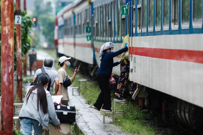 CLIP: Người dân vui mừng mang theo hành lý lên tàu trở về quê - Ảnh 10.