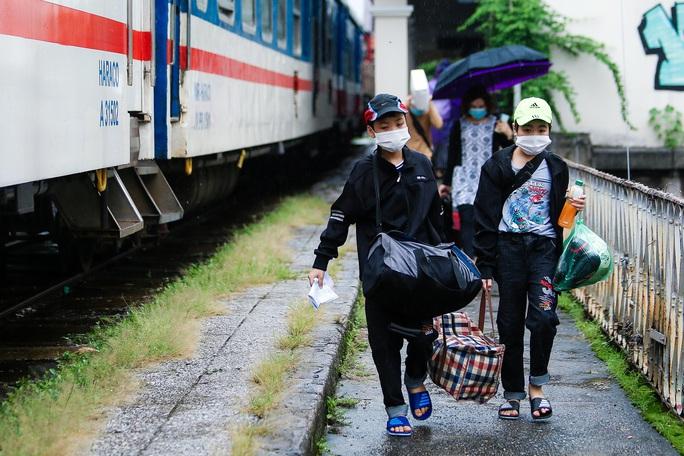 CLIP: Người dân vui mừng mang theo hành lý lên tàu trở về quê - Ảnh 9.