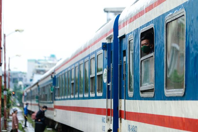 CLIP: Người dân vui mừng mang theo hành lý lên tàu trở về quê - Ảnh 11.