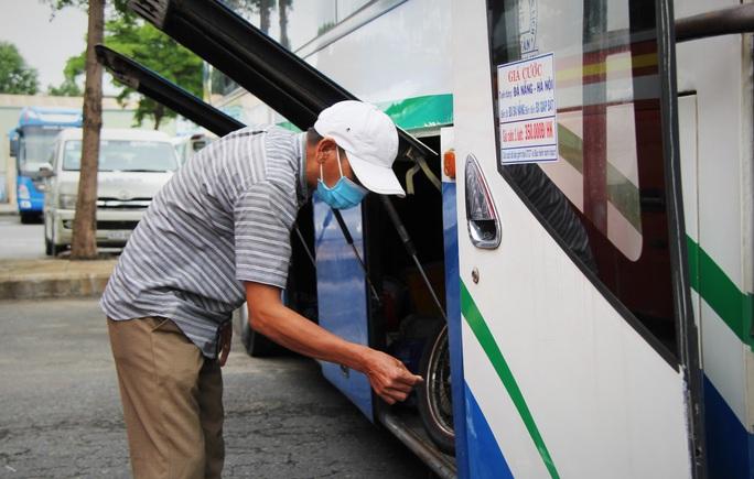 Bến xe Trung tâm Đà Nẵng vắng tanh trong ngày đầu vận tải đường bộ liên tỉnh được nối lại - Ảnh 12.