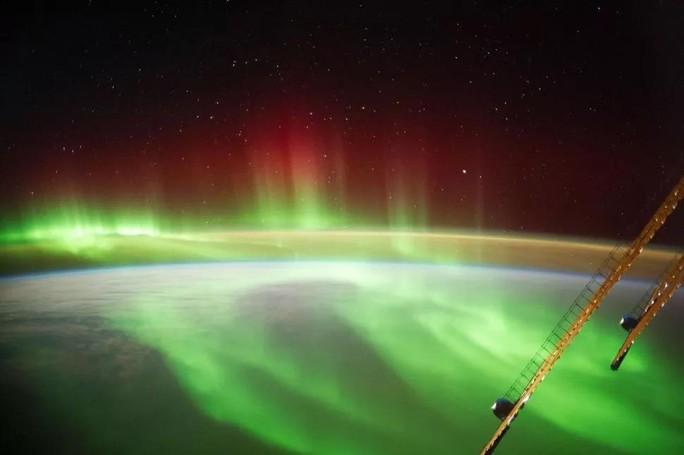 Hình ảnh ngoạn mục khi bão Mặt Trời đổ bộ Trái Đất - Ảnh 1.
