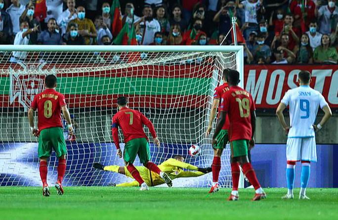 Ronaldo lập kỷ lục hat-trick, Bồ Đào Nha vẫn... chưa có vé dự World Cup - Ảnh 2.