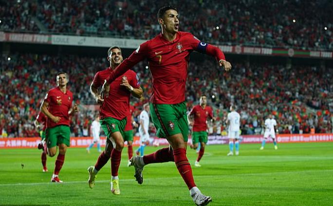 Ronaldo lập kỷ lục hat-trick, Bồ Đào Nha vẫn... chưa có vé dự World Cup - Ảnh 5.