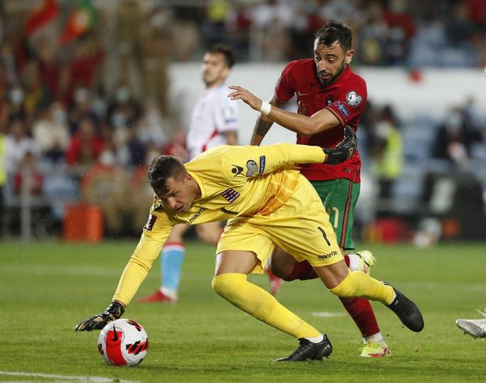 Ronaldo lập kỷ lục hat-trick, Bồ Đào Nha vẫn... chưa có vé dự World Cup - Ảnh 3.
