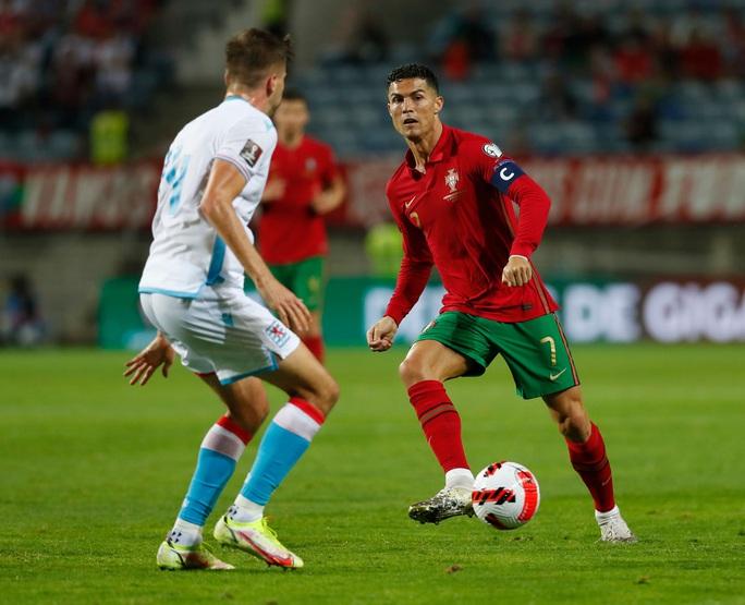 Ronaldo lập kỷ lục hat-trick, Bồ Đào Nha vẫn... chưa có vé dự World Cup - Ảnh 6.