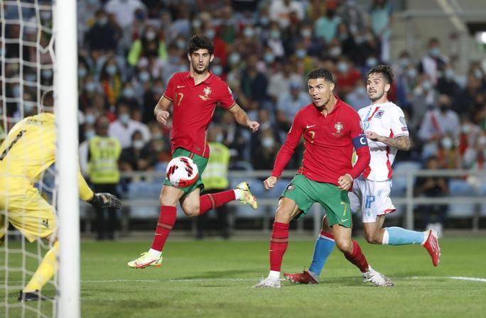 Ronaldo lập kỷ lục hat-trick, Bồ Đào Nha vẫn... chưa có vé dự World Cup - Ảnh 7.