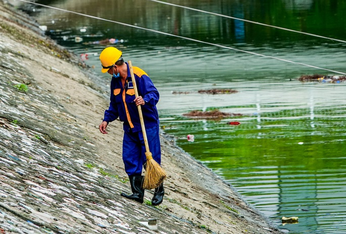 CLIP: Sông Tô Lịch bất ngờ xanh, nhiều người dân vui mừng bắt hàng tạ cá - Ảnh 15.