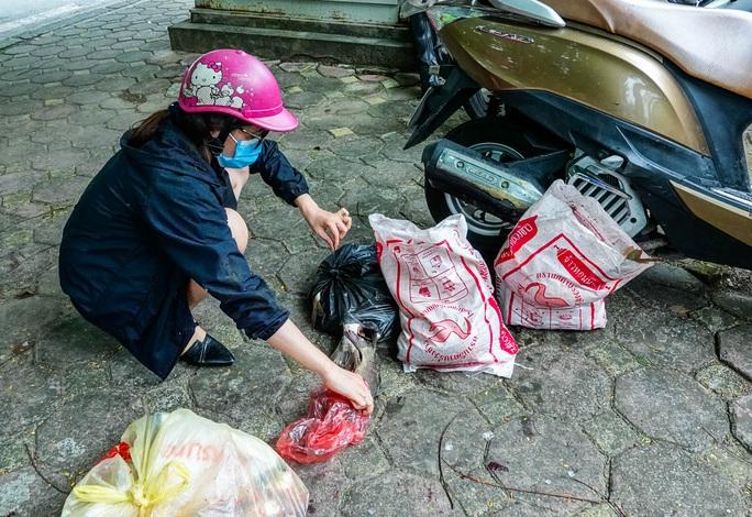 CLIP: Sông Tô Lịch bất ngờ xanh, nhiều người dân vui mừng bắt hàng tạ cá - Ảnh 14.
