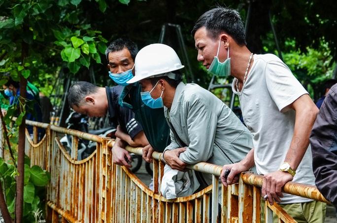 CLIP: Sông Tô Lịch bất ngờ xanh, nhiều người dân vui mừng bắt hàng tạ cá - Ảnh 8.