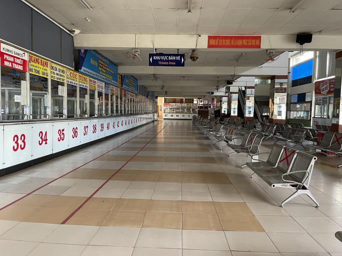 TP HCM: Hãng xe phải báo hủy vé, hành khách tay xách, nách mang buồn bã ra về - Ảnh 6.