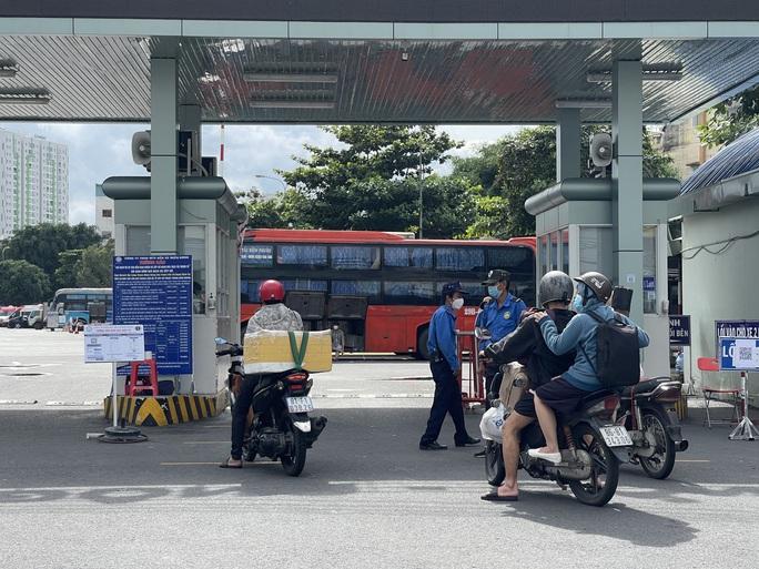 TP HCM: Hãng xe phải báo hủy vé, hành khách tay xách, nách mang buồn bã ra về - Ảnh 4.