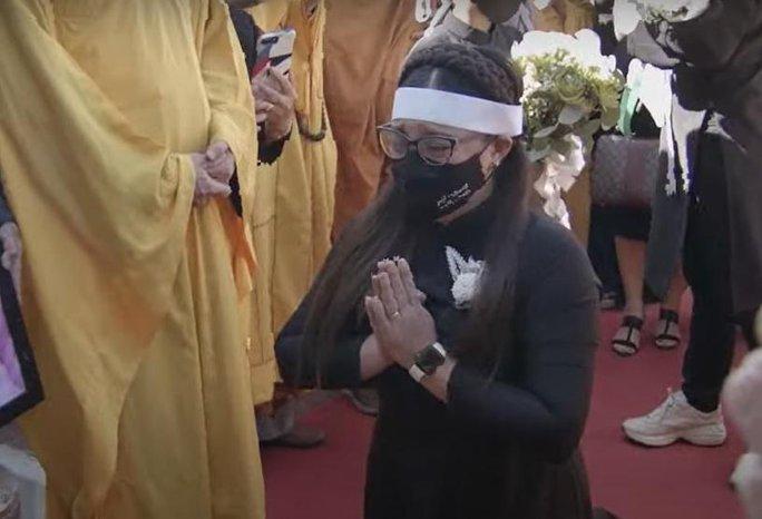 Nghệ sĩ cùng đông đảo khán giả dự tang lễ Phi Nhung - Ảnh 1.