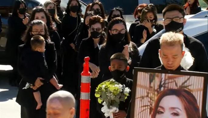 Nghệ sĩ cùng đông đảo khán giả dự tang lễ Phi Nhung - Ảnh 4.