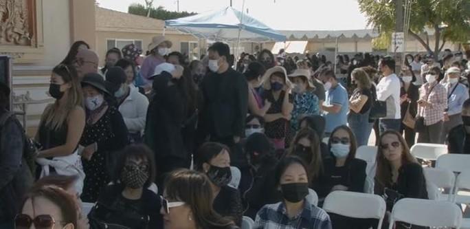 Nghệ sĩ cùng đông đảo khán giả dự tang lễ Phi Nhung - Ảnh 11.