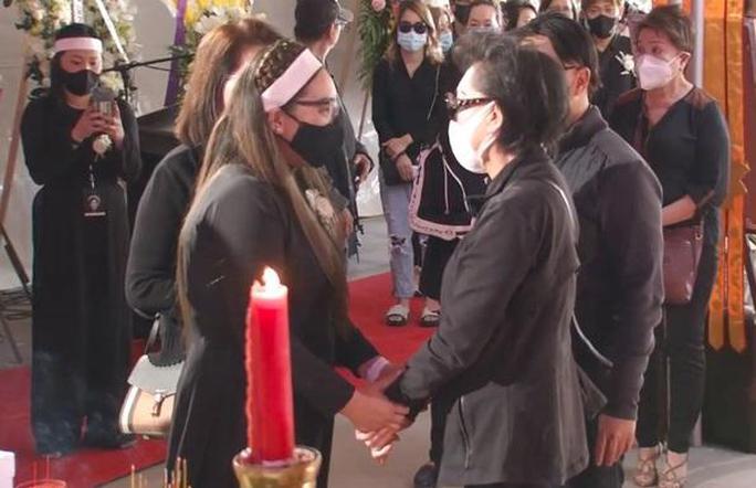 Nghệ sĩ cùng đông đảo khán giả dự tang lễ Phi Nhung - Ảnh 7.