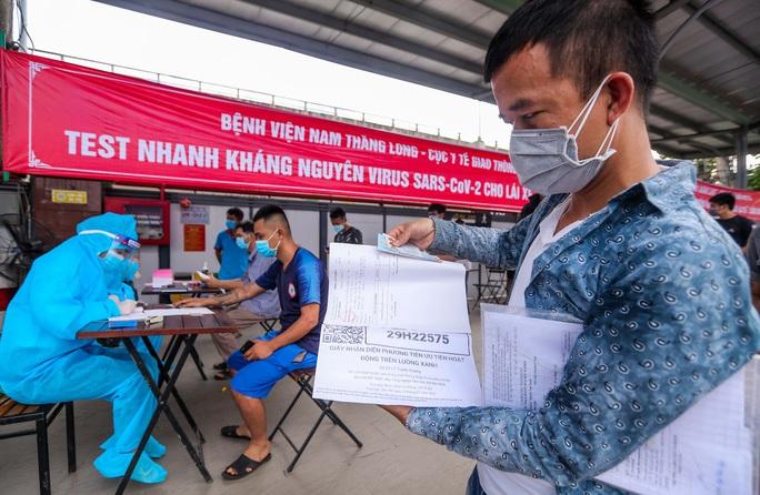 Tiền hành xét nghiệm với các tài xế tại bến xe Nước Ngầm (Hà Nội) - Ảnh: Ngô Nhung