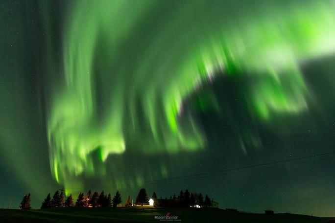 Hình ảnh ngoạn mục khi bão Mặt Trời đổ bộ Trái Đất - Ảnh 2.