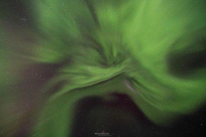 Hình ảnh ngoạn mục khi bão Mặt Trời đổ bộ Trái Đất - Ảnh 4.