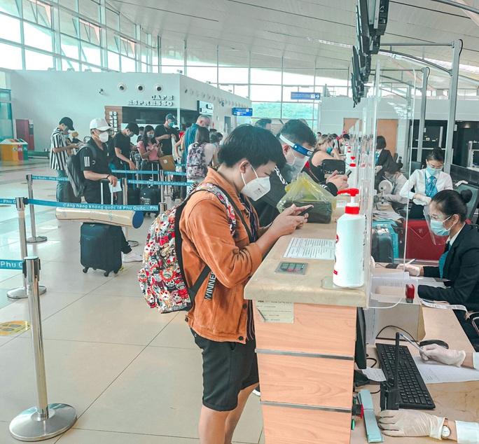 Nhiều người dân trở về TP HCM từ Phú Quốc - Ảnh 1.