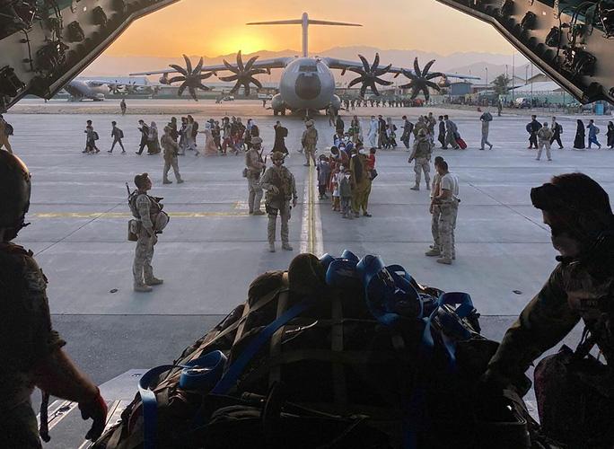 Không quân Mỹ tiết lộ chuyện động trời ở sân bay Kabul - Ảnh 2.