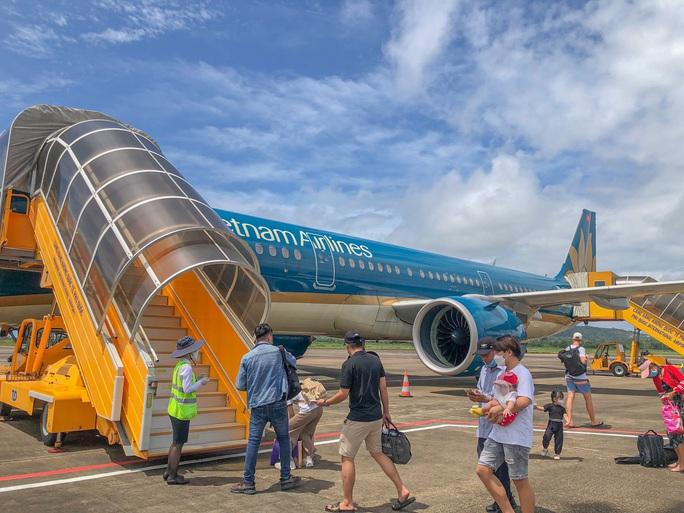 Nhiều người dân trở về TP HCM từ Phú Quốc - Ảnh 2.