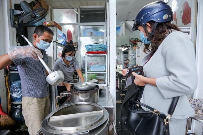 CLIP: Nườm nượp người dân đến ăn sáng tại quán ở Hà Nội - Ảnh 4.