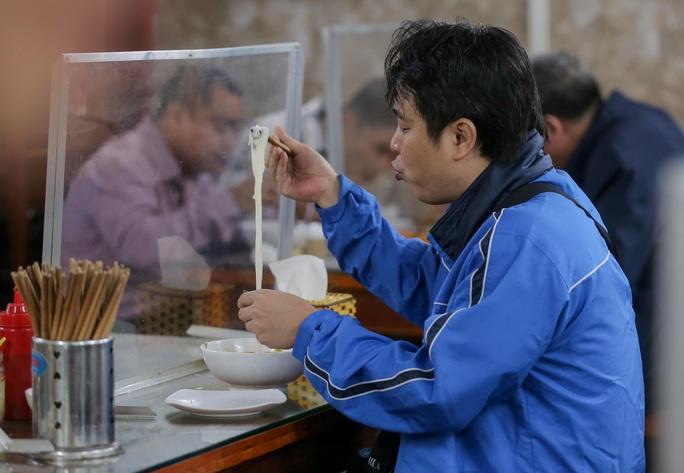 CLIP: Nườm nượp người dân đến ăn sáng tại quán ở Hà Nội - Ảnh 12.